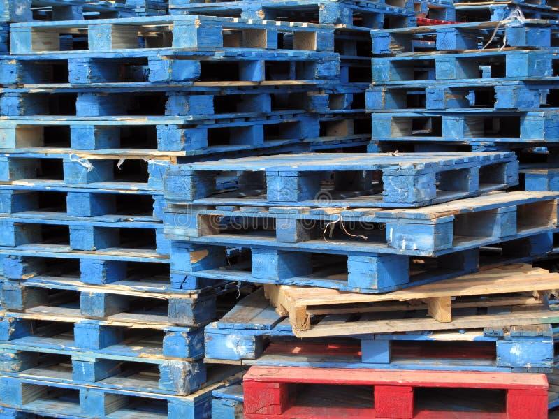 Pallet dipinti blu immagine stock