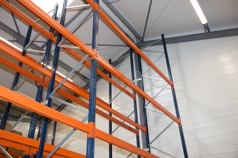 Pallet het rekken systeemmateriaal voor pakhuisplanken, rekkenblauw stock foto
