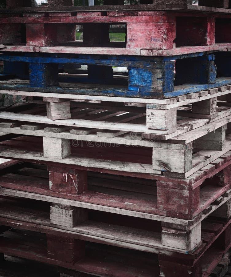 Pallet uno di trasporto blu e rossi fotografia stock libera da diritti