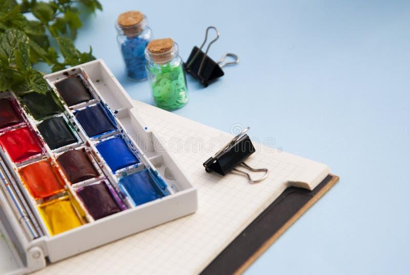 Pallette de las pinturas y de las brochas de la acuarela para pintar Fondo para una tarjeta de la invitación o una enhorabuena Fo foto de archivo