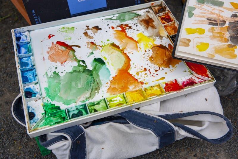 Pallette utilisé coloré de couleur d'eau avec des taches des modèles et des inscriptions de peinture photographie stock