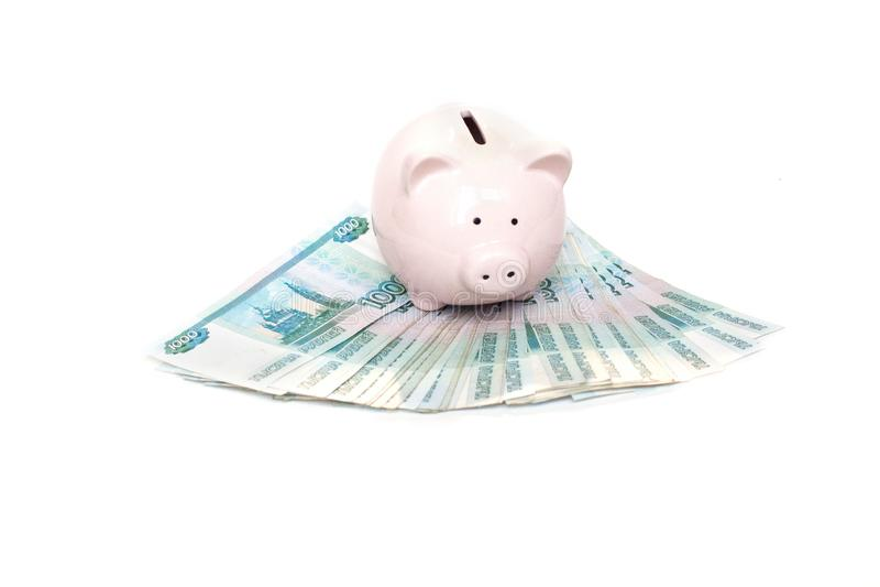 Pallido - condizione rosa del porcellino salvadanaio su un fan dei soldi isolato su fondo bianco fotografia stock libera da diritti