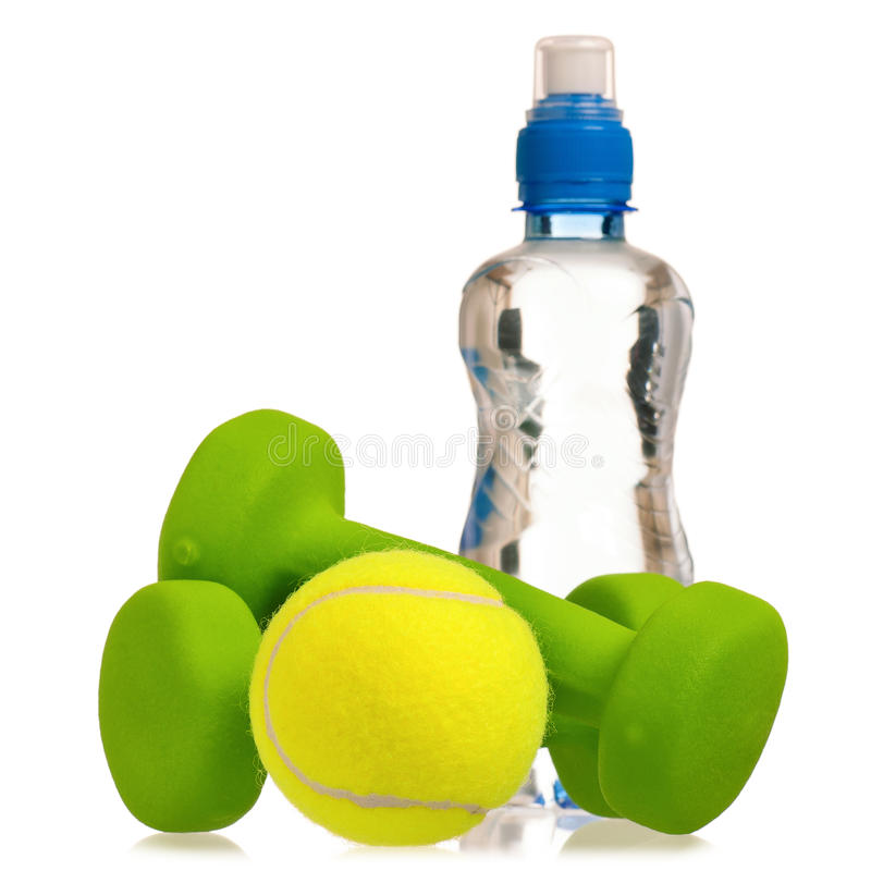 Pallina da tennis con i dumbbells ed acqua fotografia stock