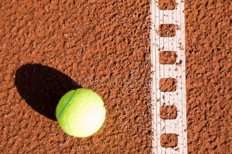 Pallina da tennis con la linea su una corte della sabbia immagine stock libera da diritti