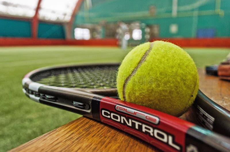 Pallina da tennis e la racchetta fotografia stock