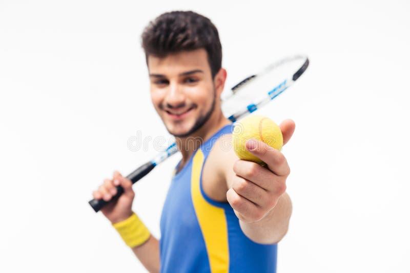 Pallina da tennis e racchetta della tenuta dell'uomo di sport fotografia stock libera da diritti