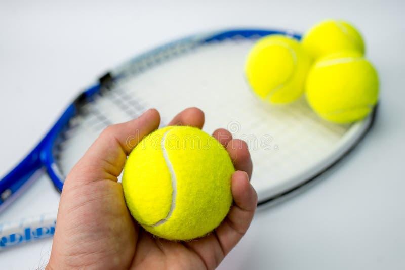 Pallina da tennis e racchetta di colore su fondo bianco immagini stock libere da diritti