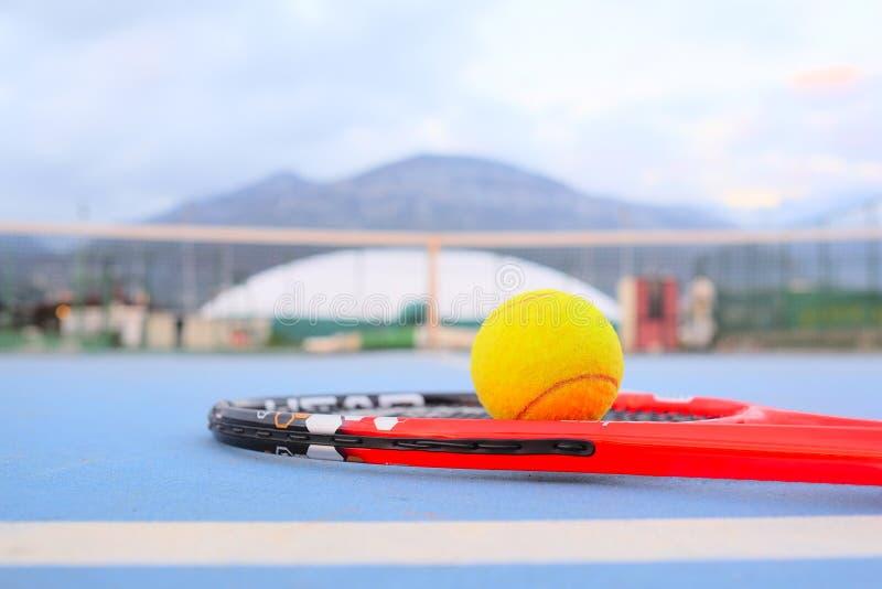 Pallina da tennis e racchetta di tennis fotografia stock libera da diritti