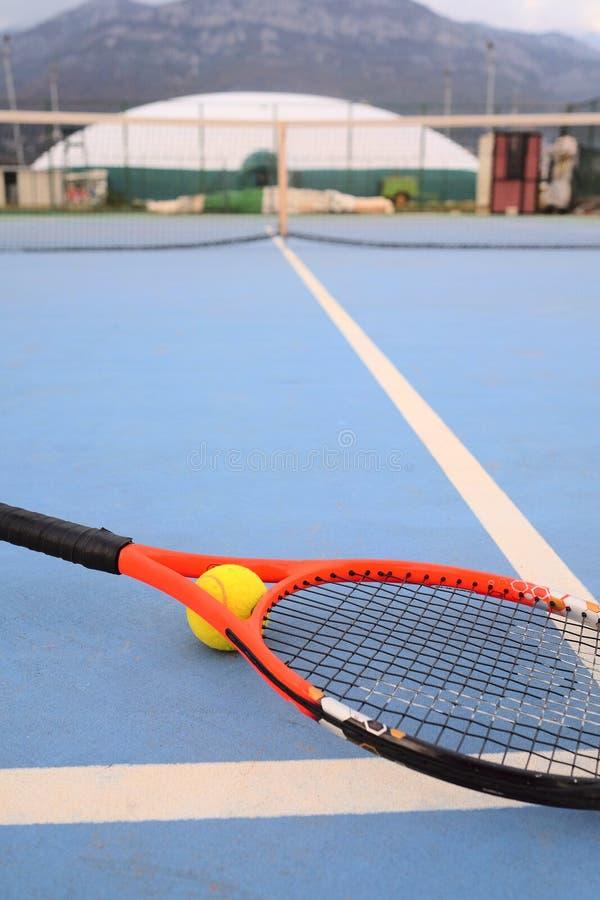 Pallina da tennis e racchetta di tennis immagine stock