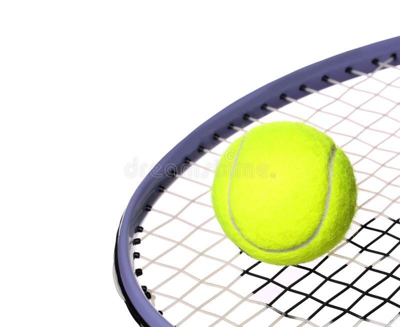 Pallina da tennis e racchetta isolate su fondo bianco. Primo piano immagini stock