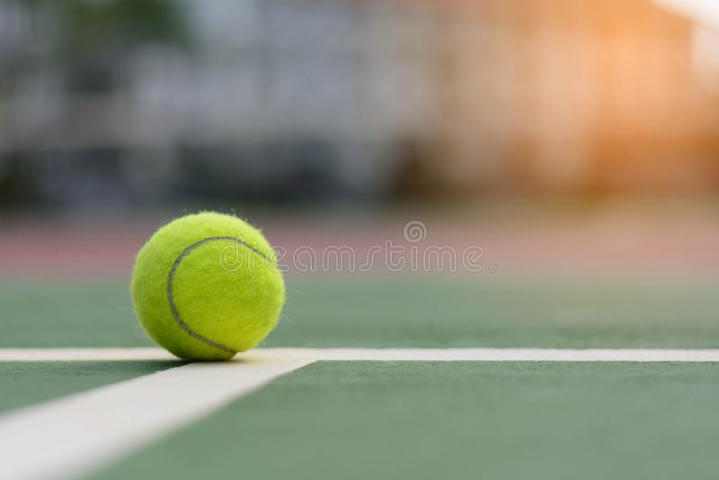 Pallina da tennis sui campi da tennis immagine stock libera da diritti