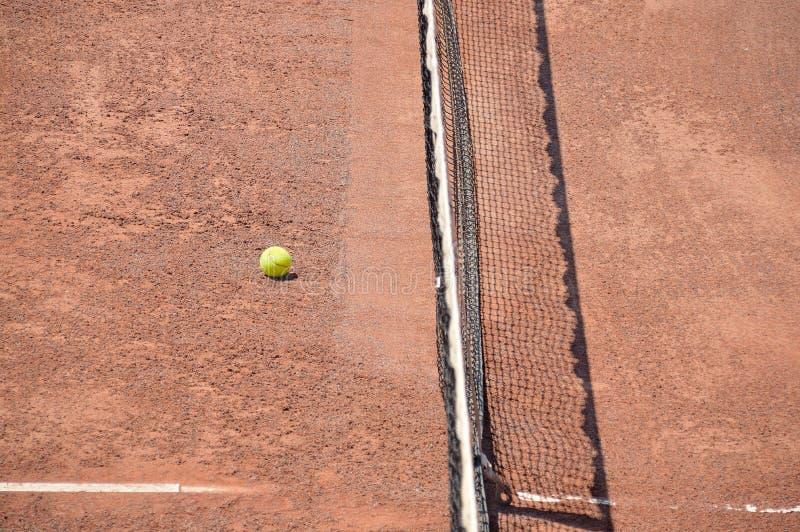 Pallina da tennis sulla corte immagine stock