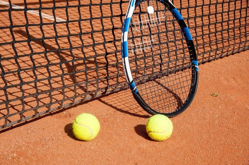 Palline da tennis e racchetta alla rete fotografia stock libera da diritti