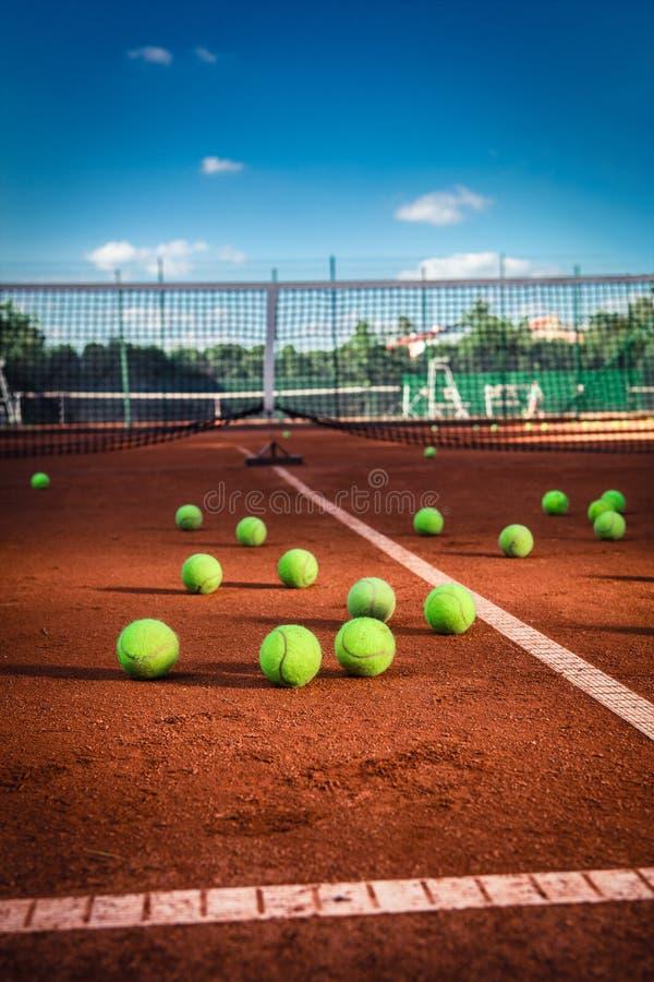 Palline da tennis su un campo da tennis fotografie stock