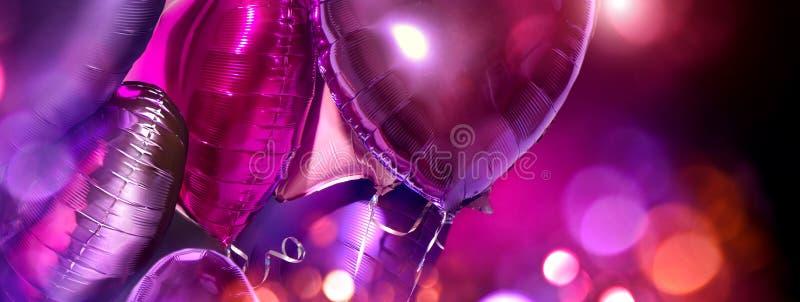 Palloncini Di Aria Pranzo di pellicola di colore viola a forma di pallone con palloncini di alluminio Amore Celebrazione San Vale fotografia stock libera da diritti