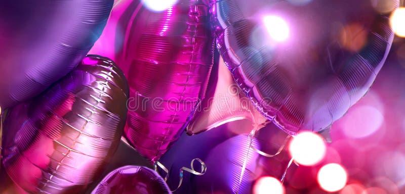 Palloncini Di Aria Pranzo di pellicola di colore viola a forma di pallone con palloncini di alluminio Amore Celebrazione San Vale fotografia stock