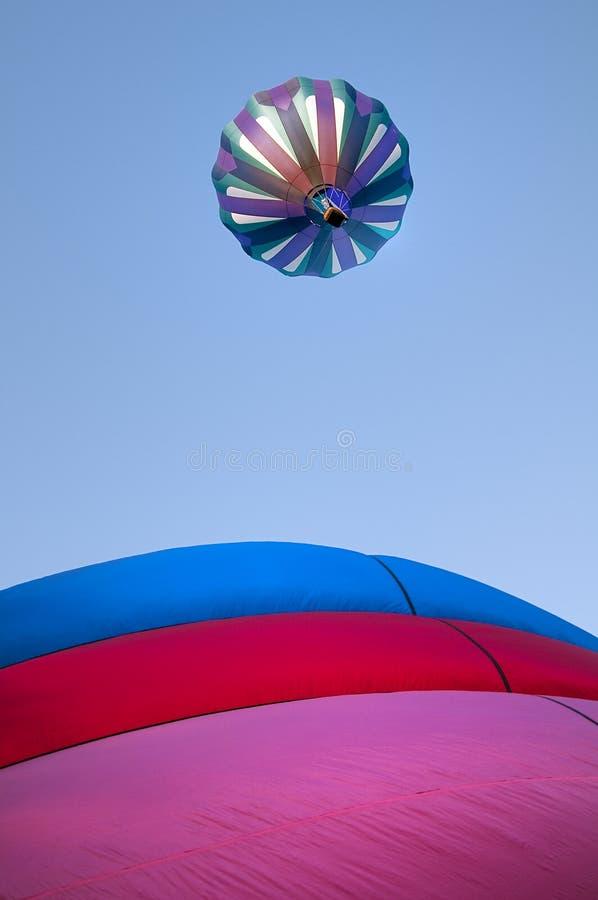 Palloncino ad aria calda che decolla con molti altri palloncini ad aria calda durante una rally a Boise Idaho nel cielo mattutino fotografia stock