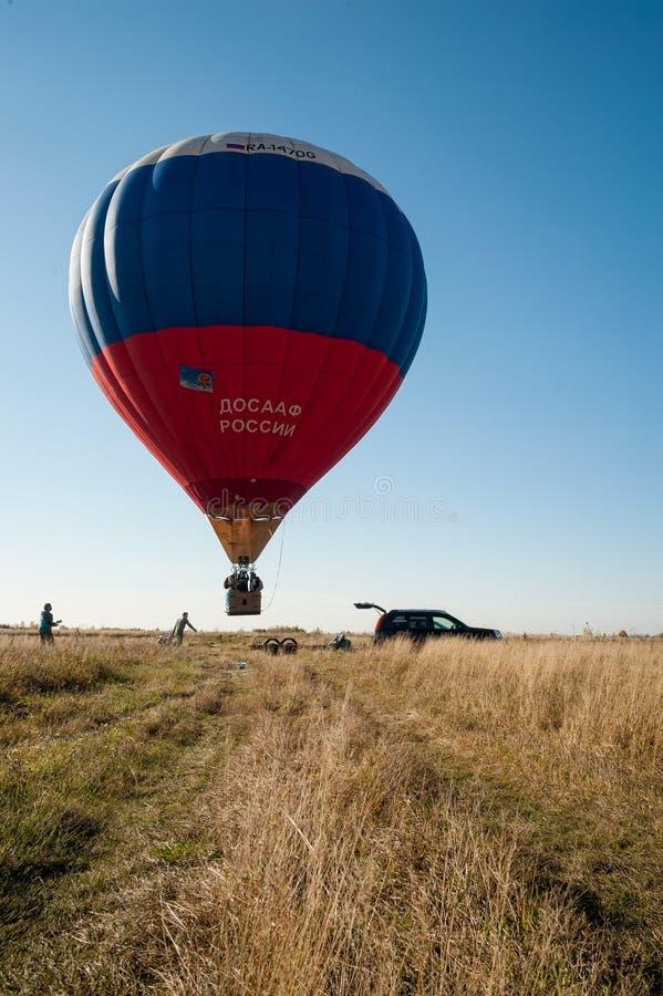 Palloncino ad aria calda in partenza per il volo gratuito fotografie stock libere da diritti