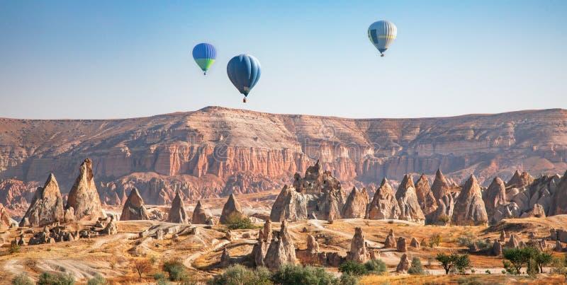 Palloncino d'aria calda che vola sopra Cappadocia, Turchia immagine stock