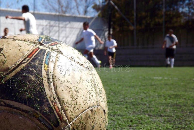Pallone da calcio che gioca la scuola diurna dei giocatori della partita fotografia stock