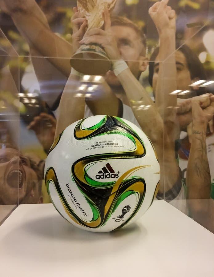 Pallone da calcio 2014 del Brasile Brazuca della coppa del Mondo della FIFA da Adidas fotografie stock
