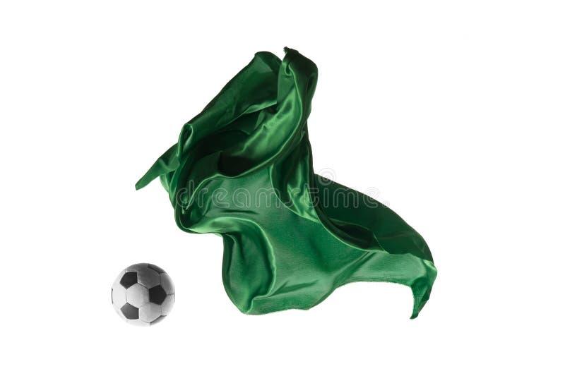 Pallone da calcio e panno verde trasparente elegante liscio isolati o separati sul fondo bianco dello studio fotografia stock libera da diritti