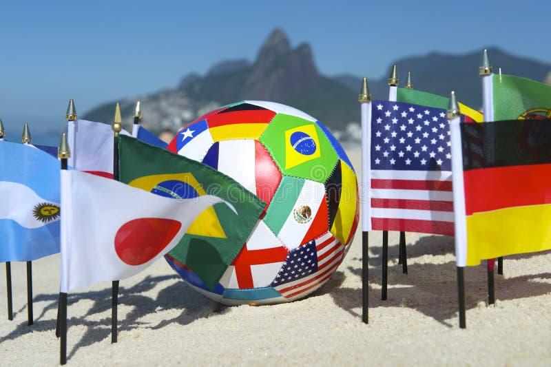 Pallone da calcio internazionale Rio de Janeiro Brazil delle bandiere di paese di calcio fotografia stock libera da diritti