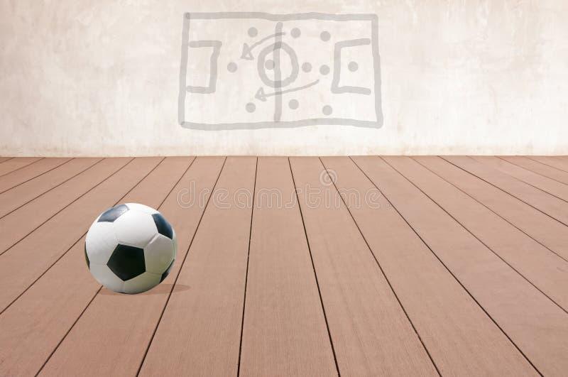 Pallone da calcio su un pavimento di legno royalty illustrazione gratis