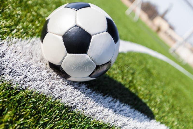 Pallone da calcio sull'angolo di un campo di calcio fotografia stock libera da diritti