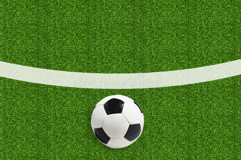 Pallone da calcio sull'erba verde del campo immagine stock
