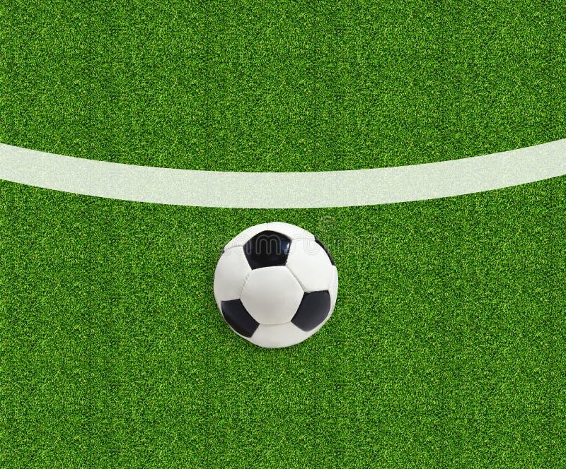 Pallone da calcio sull'erba verde del campo immagine stock libera da diritti