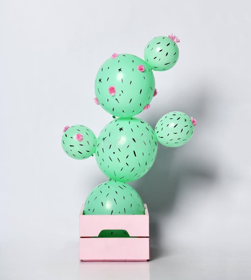 Pallone del cactus in vaso di fiore rosa pastello fatto dei palloni rotondi verdi con i fiori Idea creativa immagine stock libera da diritti