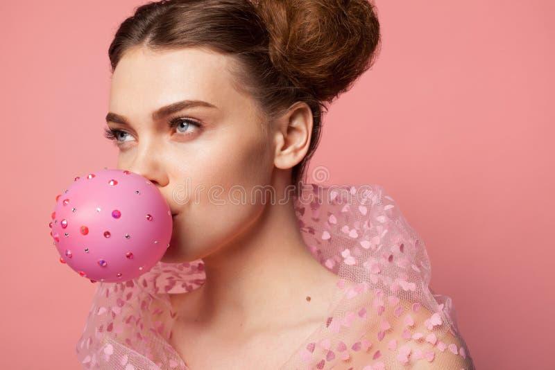 Pallone di salto della ragazza decorato con le scintille fotografia stock
