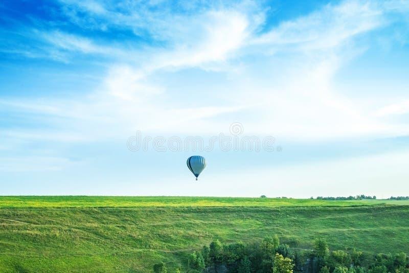 Pallone nel cielo sopra l'orizzonte immagine stock