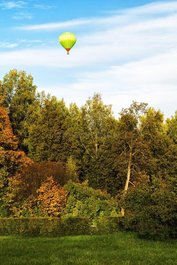 Pallone sopra il parco a Pavlovsk fotografie stock