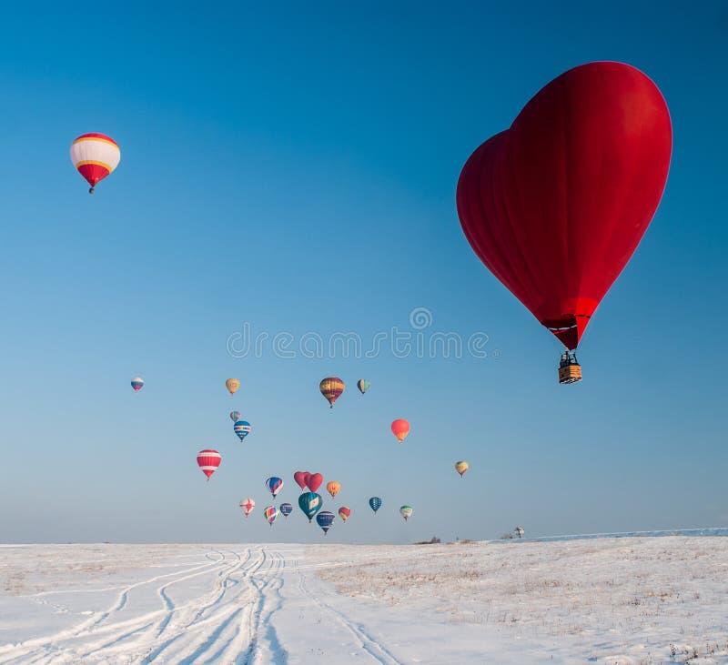 Pallone sotto forma di cuore sul campo di neve fotografie stock libere da diritti