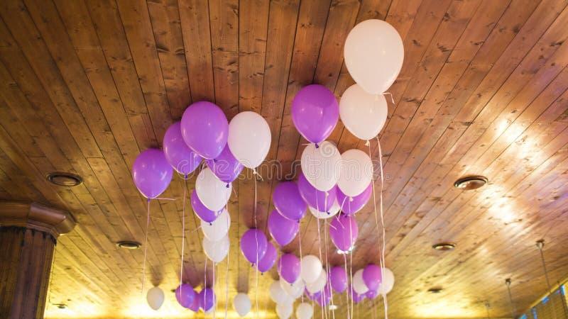 Palloni contro il soffitto di wodden Le palle sono riempite di elio immagini stock