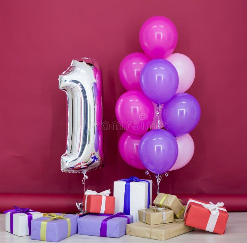 Palloni dei colori differenti con i regali per il compleanno fotografia stock libera da diritti