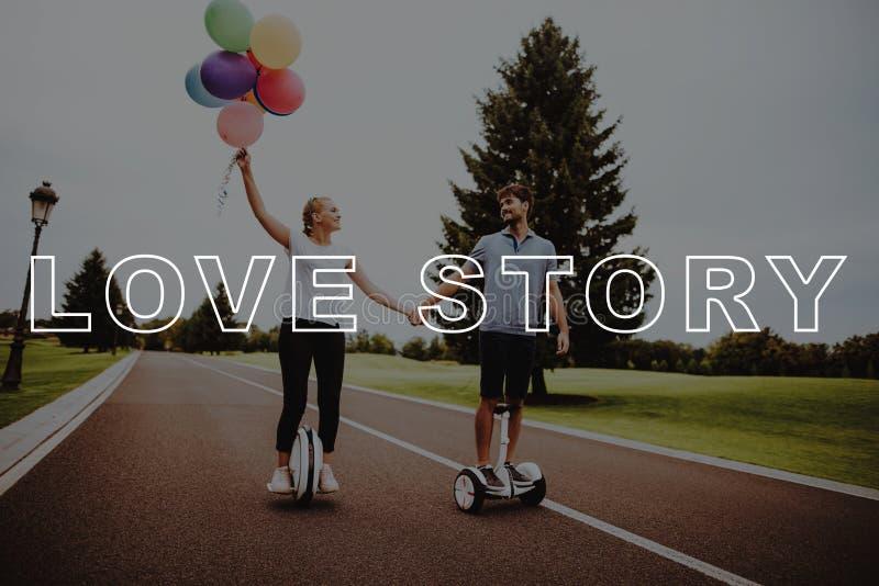 Palloni della tenuta della ragazza Coppie Love Story Parco di paia fotografia stock libera da diritti