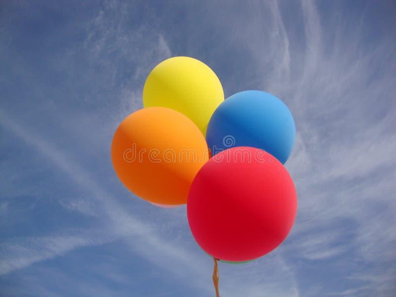 Palloni di festa dell'indipendenza contro cielo blu fotografie stock libere da diritti