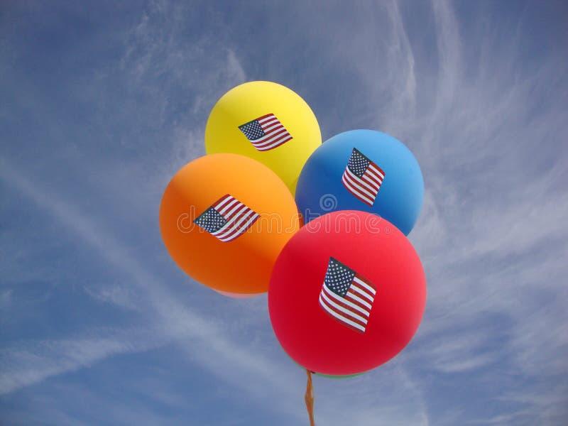 Palloni di festa dell'indipendenza contro cielo blu con le bandiere degli Stati Uniti fotografia stock libera da diritti