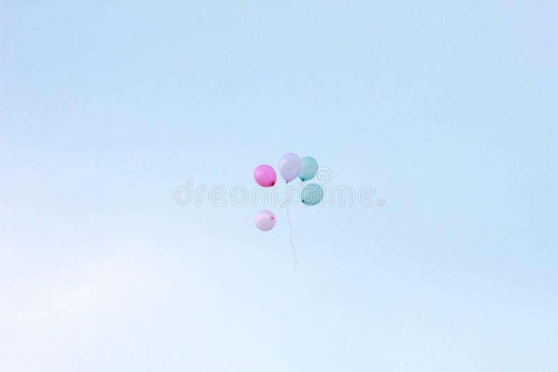 Palloni di galleggiamento sul cielo blu pallone bianco e verde di rosa e di porpora o del viola e fotografie stock