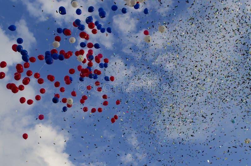 Palloni e coriandoli nel cielo fotografia stock