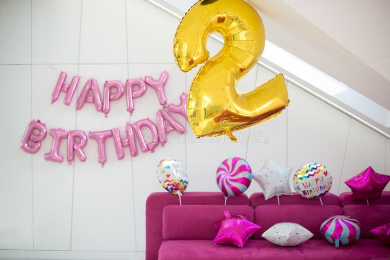 Palloni gialli e bianchi di rosa, su un fondo leggero Buon compleanno dell'iscrizione Decorazione per celebrare il secondo comple immagini stock libere da diritti