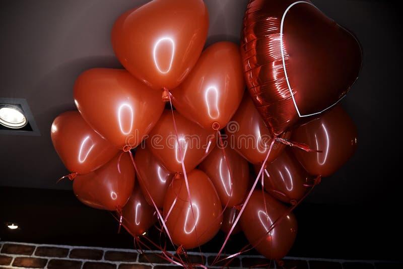 Palloni rossi sotto forma di cuore fotografia stock libera da diritti