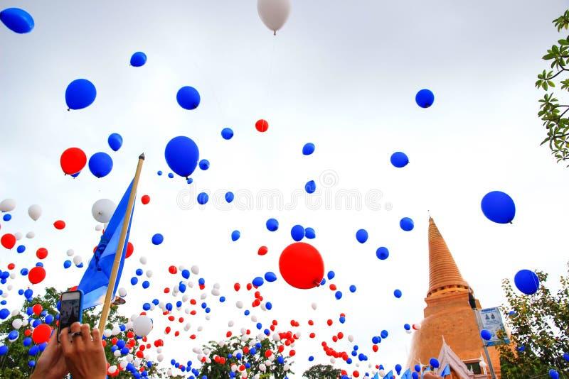 Palloni variopinti che galleggiano nell'aria fotografia stock