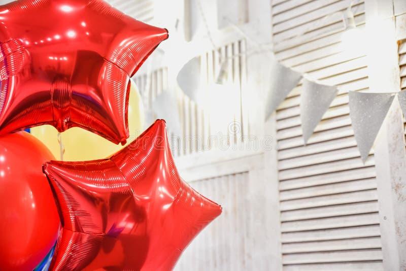 Palloni variopinti con il fondo felice del partito fotografia stock