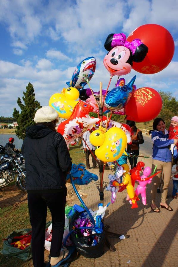 Palloni variopinti di vendita vietnamita del venditore immagine stock