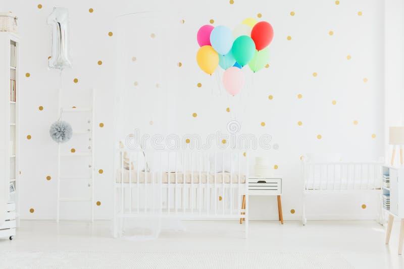 Palloni variopinti nella stanza del bambino immagini stock libere da diritti