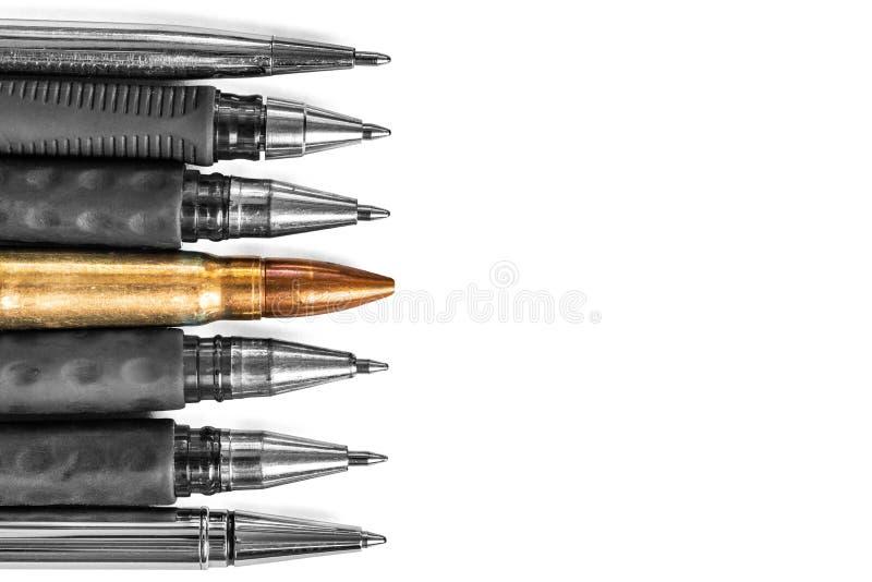 Pallottola e penne su fondo bianco La libertà di stampa è al concetto di rischio concetto di giorno di libertà di stampa del mond fotografia stock